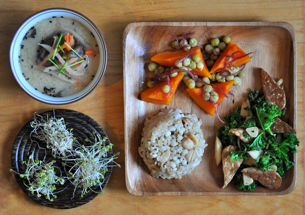 1 shitake, carrot & dried daikon shiromiso soup, 2 pressurecooked sweet rice, hato mugi & lotusseeds, 3 nishime pumpkin with green peas & fu nori, 4 wokked garlic, parsley root & kale +tempeh, 5 home grown gardencress, alfa-alfa & broccoli sprouts
